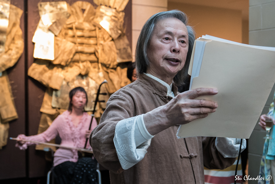 Huang Xiang reading his works