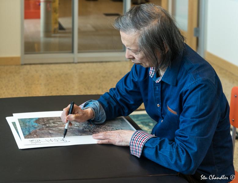 Huang Xiang autographing