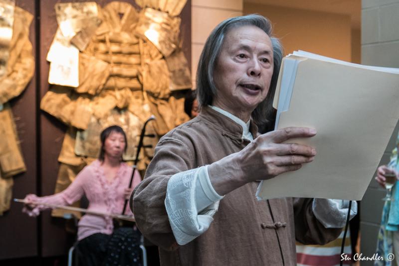 Huang Xiang reading his works